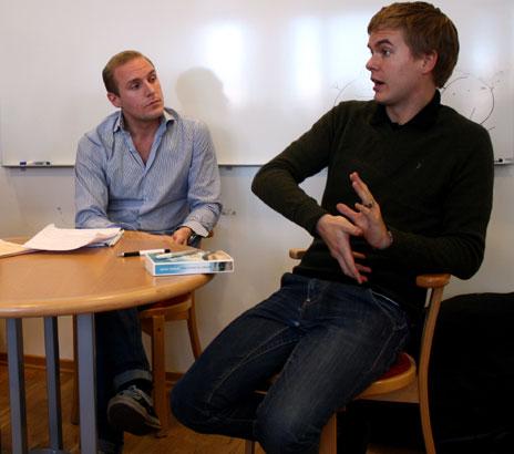 KDU:s vice ordf. Aron Modigh (t.v.) i diskussion med Miljöpartiets Gustav Fridolin (t.h.).