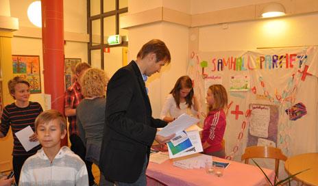 Magnus på besök hos Samhällspartiet.
