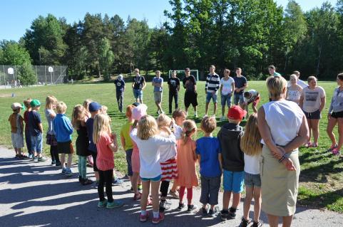 Lära-känna-dag. Skolans sexåringar bekantar sig med elevrna i årskurs 9.