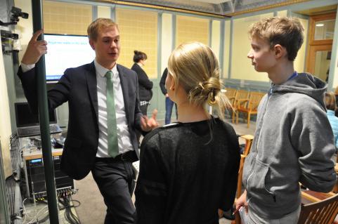 Utbildningsminister Gustav Fridolin blir intervjuad av Strandarens reportrar Lovisa Lennfalk och Olof Larsson