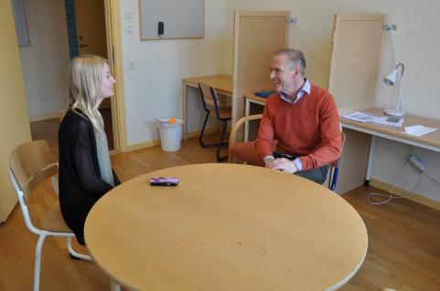 Strandarens reporter Lovisa Lennfalk intervjuar psykolog Elio Bussoli.