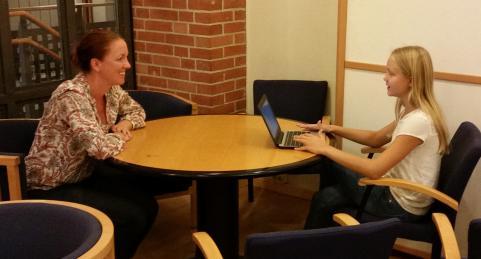 Skolpolitiker Jannice Rockstroh blir intervjuad av Strandarens reporter Maja Andersson.