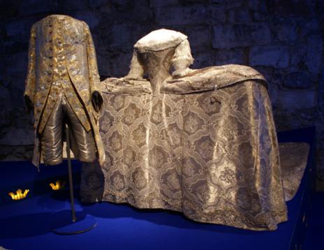 Dessa är de äldsta bröllopskläderna i utställningen. De bars av Gustav III och den danska prinsessan Sofia Magdalena på deras bröllop i november 1766.