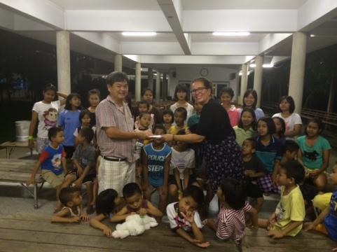 Ulrika på barnhemmet i Thailand.