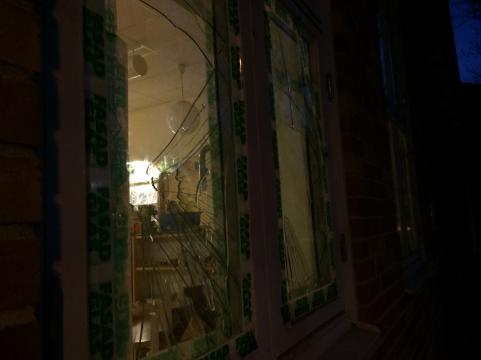 Ett av de krossade fönstrena.
