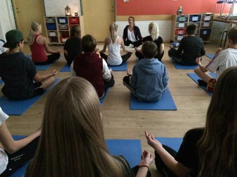 Hög koncentrationsnivå under sexornas yogaövningar.