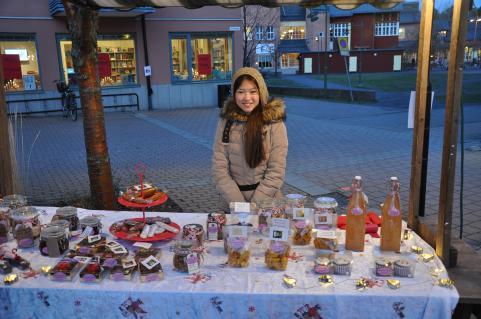 Linnea när hennes klass säljer godsaker till klasskassan på Strandtorget i Tyresö.