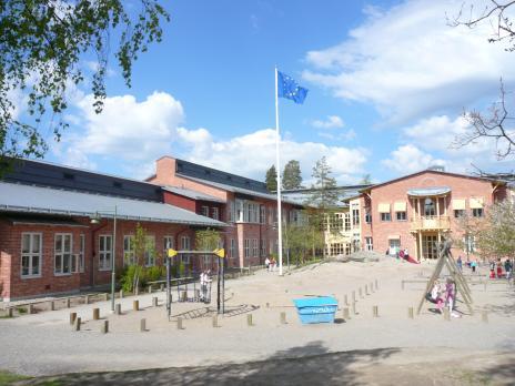 Som sig bör uppmärksammar Strandskolan Europadagen genom att flagga på skolgården.