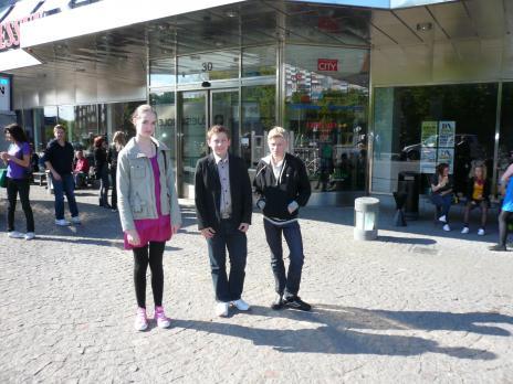 Linnea, Axel och Martin på väg in till prisutdelningen.