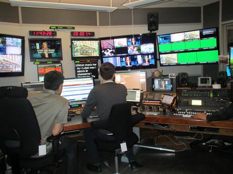 Här kontrollerar dem videorna innan sändning.