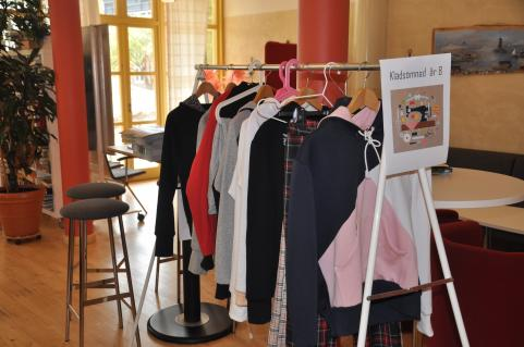 Eleverna i årskurs har haftr klädsömnad på textilslöjden.