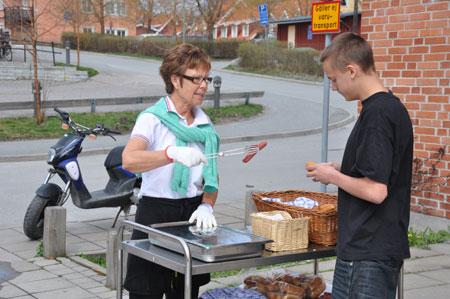 Birgitta serverar Lukas som går i årskurs 9.