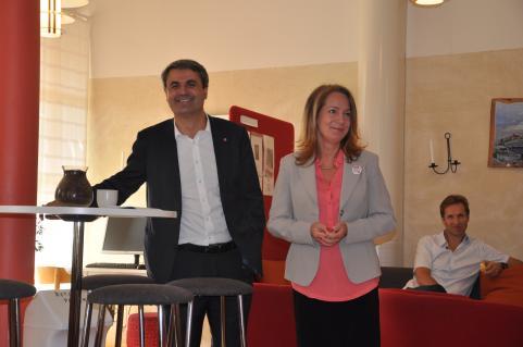 Ibrahim Baylan (S) och Anita Matsson (S) på Strandskolan i Tyresö för att berätta om socialdemokraternas framtidsplaner för skolan.