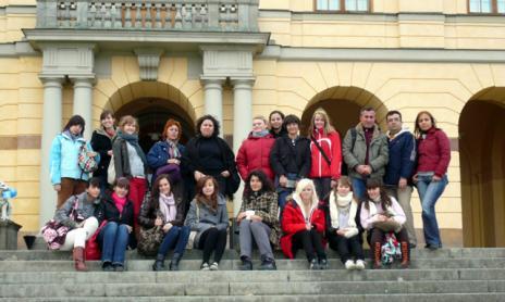 Trappan framför världsarvet Drottningholms slott fylld med intresserade människor från Spanien, Sverige och Turkiet.