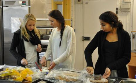 Flitiga Lisa, Jovialiska Josefine och Snitsiga Sara köksjobbar med stor glädje.