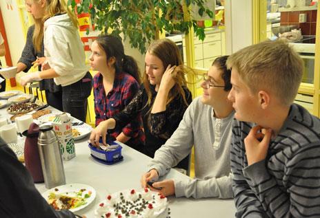 Eleverna i årskurs 9 var ansvariga för tillagning, servering och försäljning av mat. Ingen behöver lämna ett Öppet hus på Strandskolan med kurrande mage.
