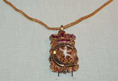 Istället för en vigselring bar man på 1500-talet ett halsband med kungens bokstav på.