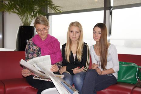 Eva, Louise och Milotte läser tidningen.