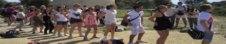 Eleverna dansar Macarena.