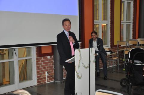 Jonas Wijk, en mycket uppskattad SO-lärare, håller tal till avgångsklasserna.