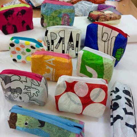 Saker gjorda i textilslöjden av återvunna plastpåsar.