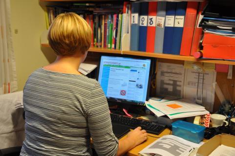 Charlotte Nordberg läser Strandaren.