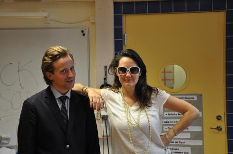 Joakim och Greta från Teater Fredag spelade teater för eleverna i årskurs 9. På en torsdag.