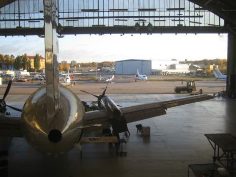 Inne i hangaren.