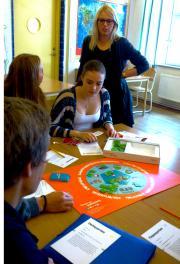 Engagerade elever och lärare Marie Lindman på Strandskolan i Tyresö.