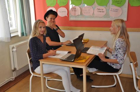 Ellen, Melker och Klara chromebookar sig igenom SO-lektionen i Google Classroom.