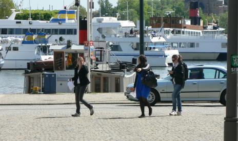 Erica, Jessica och Bea äntrar Nybroplan.