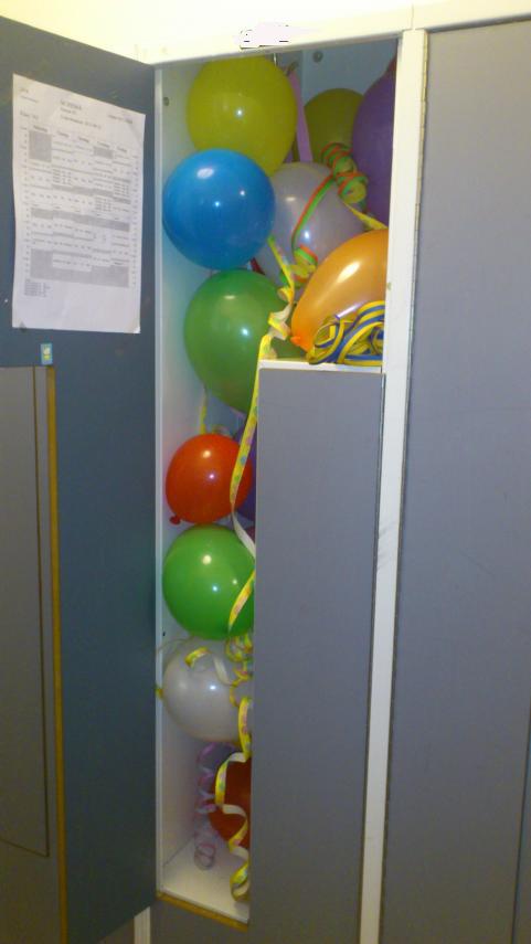 Alltid lika kul att fylla födelsedagsbarnets skåp med ballonger.