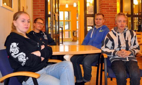 Skyddsombuden Dénizéé, Jens, Rasmus och Marcus diskuterar förhållandena på skolan.