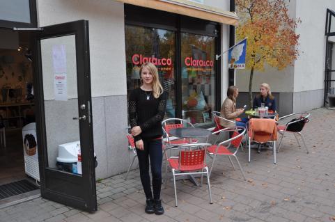 Elina utanför trevliga praoarbetsplatsen Clara & co på Strandtorget i Tyresö.